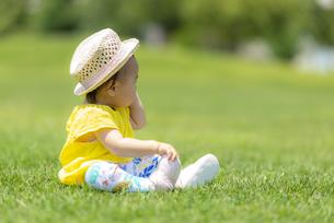 公園で遊ぶ子供の写真素材 [FYI04863402]