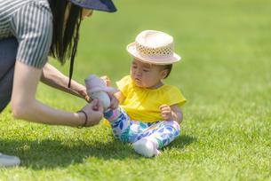 公園で遊ぶ子供の写真素材 [FYI04863406]