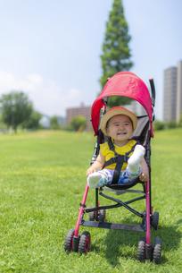 公園で遊ぶ子供の写真素材 [FYI04863409]