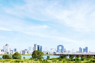梅田スカイビルと街並みの写真素材 [FYI04863481]