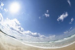 打ち寄せる波と太陽の写真素材 [FYI04863850]