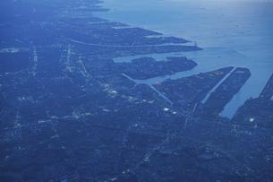 飛行機の窓から見下ろした夕方の街並みの写真素材 [FYI04863868]