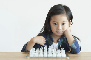 チェスをさす女の子の写真素材 [FYI04863869]