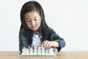 チェスをさす女の子の写真素材 [FYI04863871]