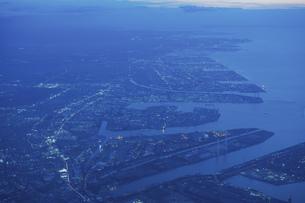 飛行機の窓から見下ろした夕方の街並みの写真素材 [FYI04863872]