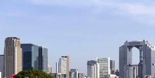 梅田スカイビルと高層ビル群の写真素材 [FYI04863875]