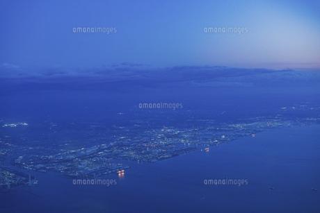 飛行機の窓から見下ろした夕方の街並みの写真素材 [FYI04863876]