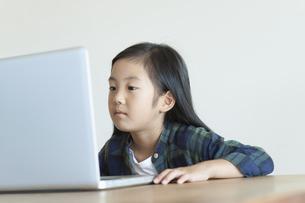 ノートパソコンを操作する女の子の写真素材 [FYI04863877]
