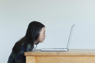 ノートパソコンの画面を見る女の子の写真素材 [FYI04863906]