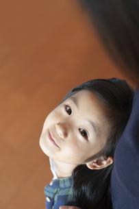 母親を見上げる女の子の写真素材 [FYI04863938]