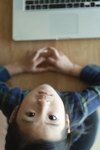 ノートパソコンの前で見上げる女の子の写真素材 [FYI04863953]