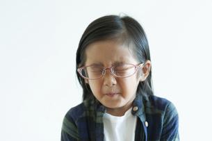 くしゃみをする女の子の写真素材 [FYI04863954]