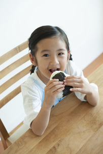 おにぎりを食べる女の子の写真素材 [FYI04863967]