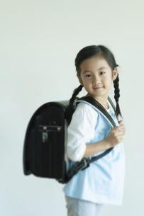 ランドセルを背負う女の子の写真素材 [FYI04863998]