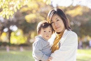 母親と男の子の写真素材 [FYI04864023]