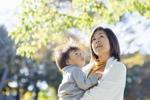 見上げる母親と男の子の写真素材 [FYI04864025]