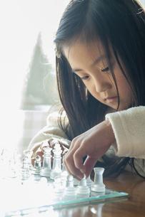 チェスをさす女の子の写真素材 [FYI04864042]