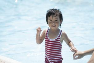 プールで遊ぶ男の子の写真素材 [FYI04864057]