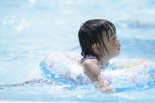 プールで遊ぶ男の子の写真素材 [FYI04864060]