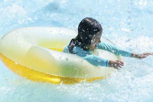 プールで遊ぶ女の子の写真素材 [FYI04864065]