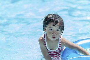 プールで遊ぶ男の子の写真素材 [FYI04864066]