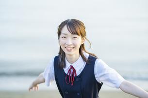 夕陽に包まれるアジア人女性の高校生の写真素材 [FYI04864088]