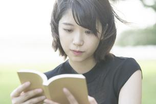 本を読む女子大生の写真素材 [FYI04864124]