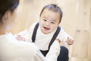 室内で、赤ちゃんと遊ぶお母さんの写真素材 [FYI04864145]