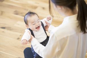 室内で、赤ちゃんと遊ぶお母さんの写真素材 [FYI04864146]