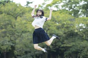 ジャンプする女子高生の写真素材 [FYI04864167]
