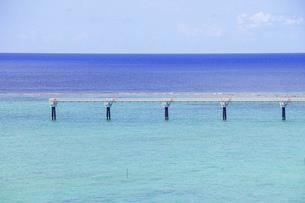 沖縄の青い海、瀬長島展望台から那覇空港の滑走路(進入灯)の写真素材 [FYI04864215]
