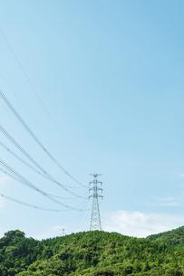 山を渡る電線と鉄塔の写真素材 [FYI04864226]