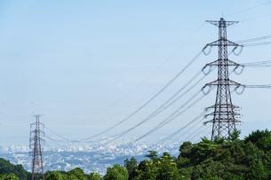 山を渡る電線と鉄塔の写真素材 [FYI04864227]