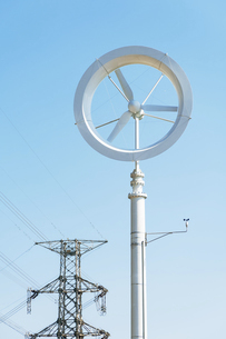 風力発電と鉄塔の写真素材 [FYI04864230]