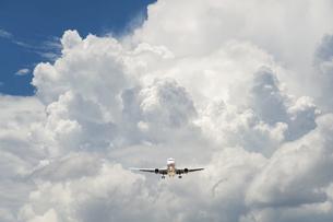 旅客機と積乱雲の写真素材 [FYI04864279]
