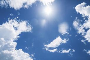 日差し強い太陽と青空と雲の写真素材 [FYI04864291]