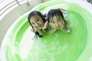 ベランダのプールで遊ぶ姉弟の写真素材 [FYI04864295]