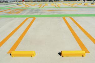 駐車場の駐車枠の写真素材 [FYI04864322]