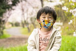 マスクをした男の子の写真素材 [FYI04864546]