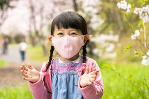 マスクをした女の子の写真素材 [FYI04864548]