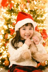 サンタの帽子をかぶった女の子の写真素材 [FYI04864552]