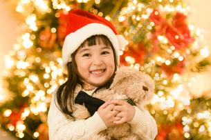 サンタの帽子をかぶった女の子の写真素材 [FYI04864553]