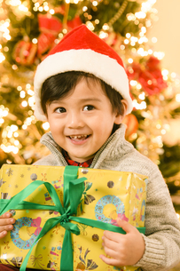 サンタの帽子をかぶった男の子の写真素材 [FYI04864557]