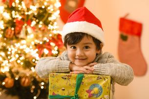 サンタの帽子をかぶった男の子の写真素材 [FYI04864558]