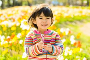 お花を持った女の子の写真素材 [FYI04864560]