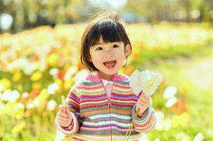 お花を持った女の子の写真素材 [FYI04864565]