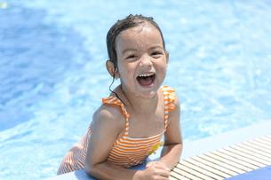 プールで遊ぶ女の子の写真素材 [FYI04864570]