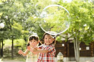 シャボン玉で遊ぶ子供の写真素材 [FYI04864574]