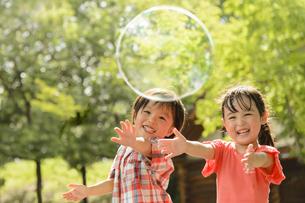 シャボン玉で遊ぶ子供の写真素材 [FYI04864575]