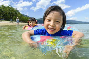 泳いで遊ぶ子供の写真素材 [FYI04864576]